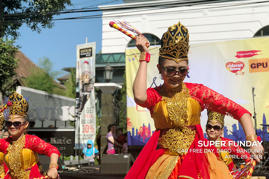 Pengisi acara Super Funday, Jaipongan